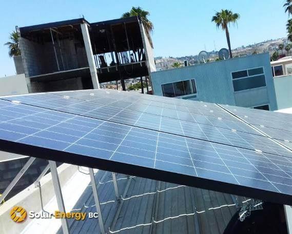 Paneles solares en techo de compañia